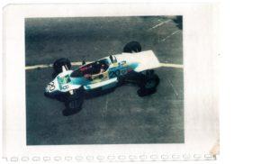 Une Rondeau de 1 984 pour débuter en Championnat B de Formule Ford. Construite au Mans cette monoplace est la meilleure cette année là et JB EMERIC montera plusieurs fois sur le podium avec.