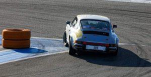 La Porsche de l'équipage Pierre Setti et JB EMERIC au Rallycircuit vu de derrière. Possibilité de monter en copilote avec formation au VHRS.
