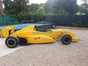 La Formule Renault de stage de pilotage de l'école de pilotage JB EMERIC. Engagée à la 9 è course de côte du circuit du Luc avec JB EMERIC au volant. Au programme essais libres et plusieurs montées de course sur ce week-end du 15 août 2 020