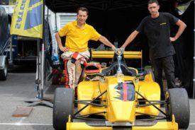 La monoplace F R 2 000 proposée en stage de pilotage . Ici avec Hector le mécanicien à droite à beaucoup aidé JB à gauche pour cette victoire de classe, lors de cette 9 è course sur le circuit du Luc.