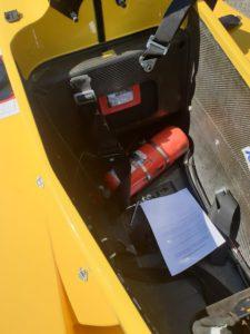 Lors des vérifications technique les commissaires vérifient l'extincteur, la validité des ceintures de sécurité, des vêtements ignifugé du pilote et la voiture en général.