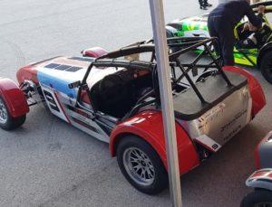 La voiture idéale pour le circuit car très bien conçu. Le pilote est bien protégé par cet arceau cage.