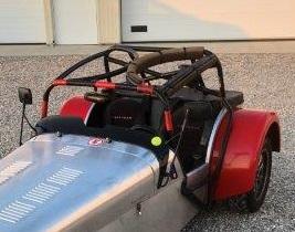 Un arceau de sécurité très résistant pour la course puis un autre plus léger et plus accessible pour pilote et passager pour la route .